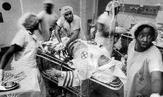 Miembro del KKK es atendido por  un staff de médicos y enfermeras de raza negra