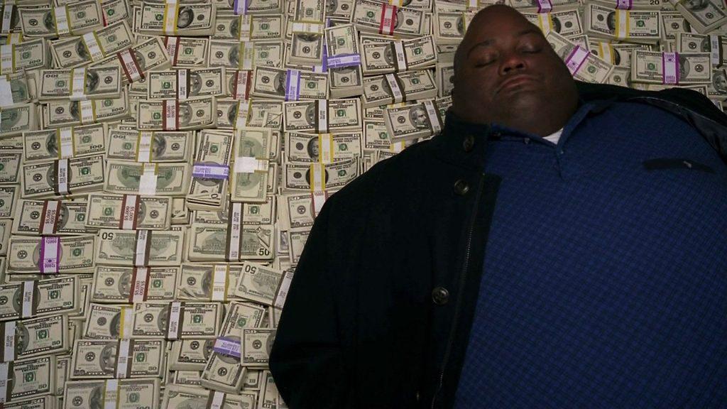 El señor Hollywood mientras duerme en su cama hecha de billetes