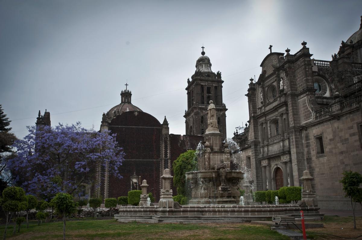Exterior de la Catedral metropolitana, del lado del acceso a la zona de vestigios arqueológicos,