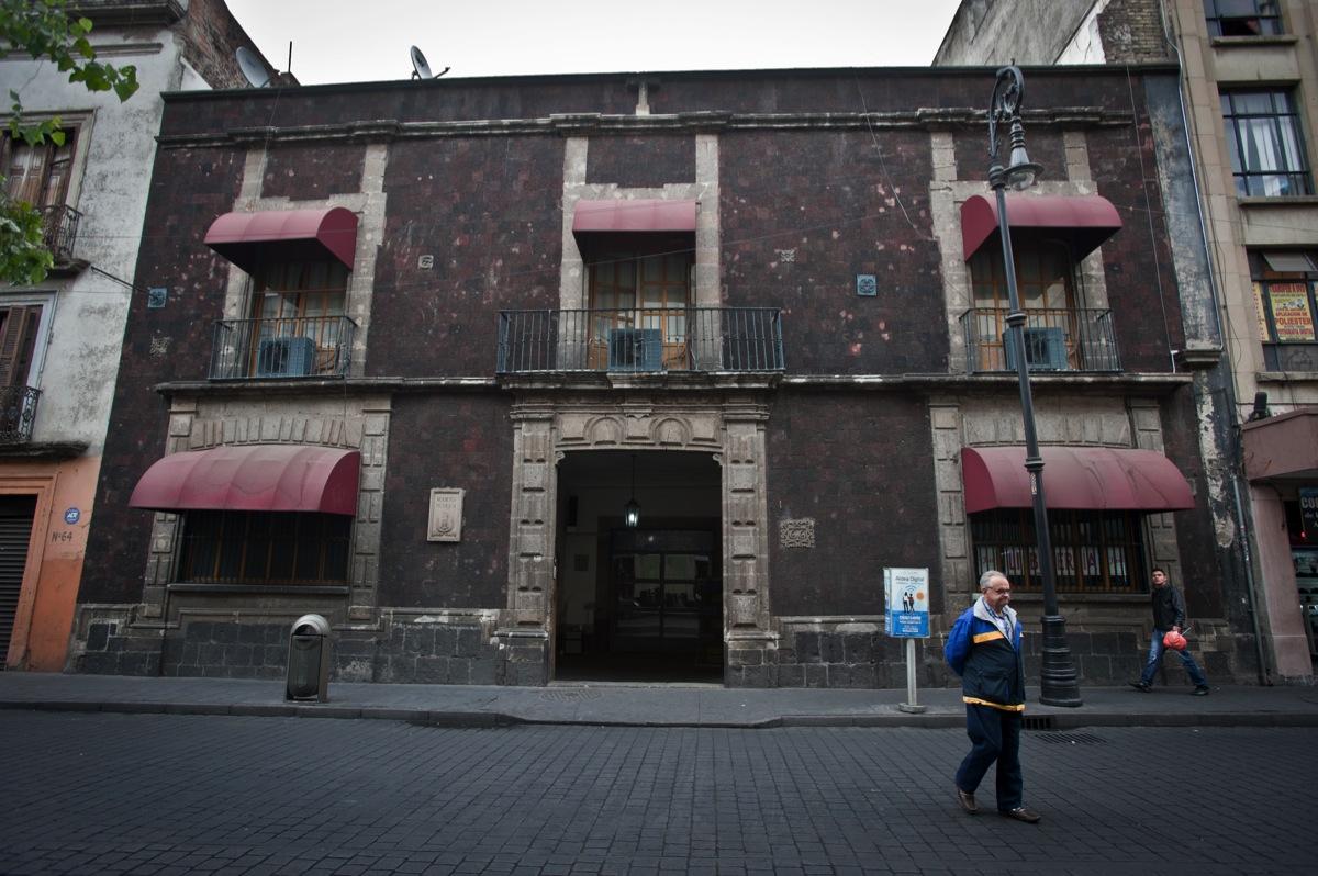 Fachada del edificio ubicado en Donceles 66, en donde, se dice, hay apariciones de ahorcados y una maldición.