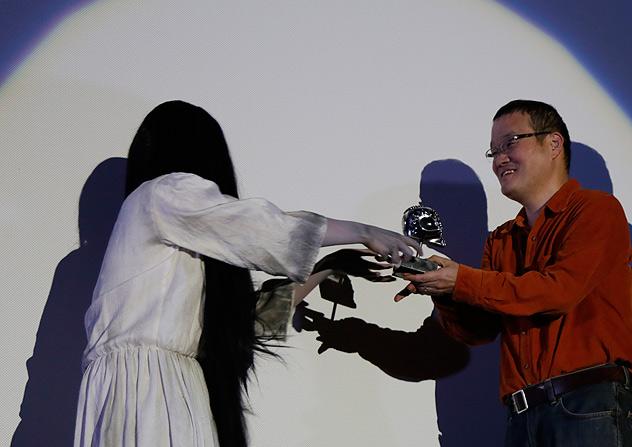 Nakata San recibiendo la Calavera de Plata